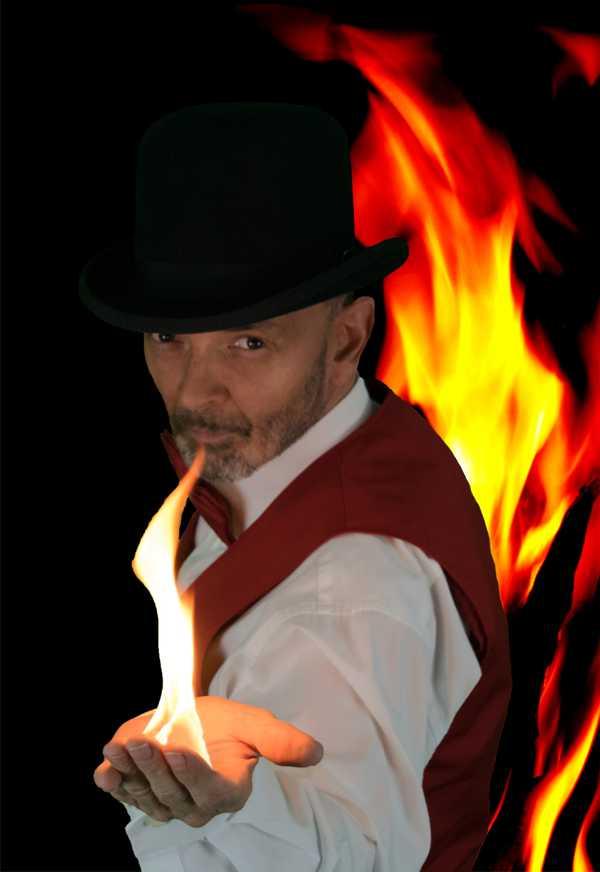 Foto Zauberer Marteau mit Feuer in der Hand